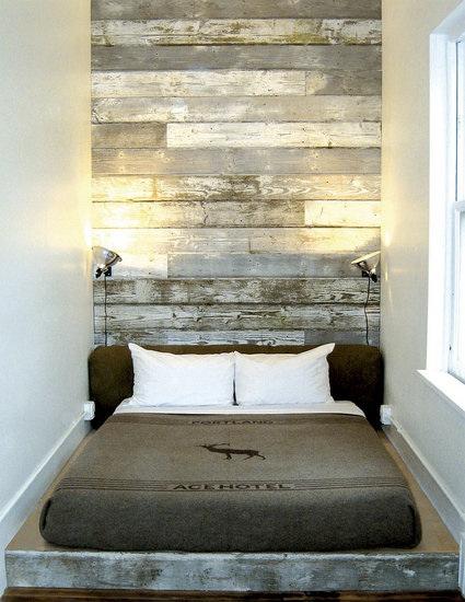 маленькая спальня с деревянным изголовьем
