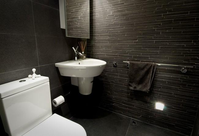 отделка стен черной плиткой в ванной