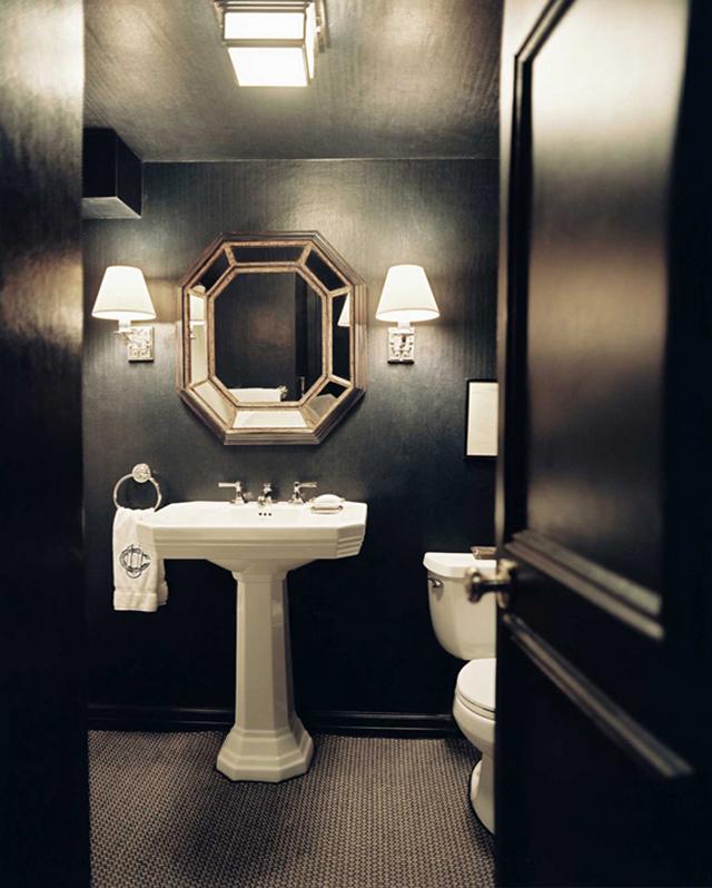 освещение в дизайне черной ванной комнаты