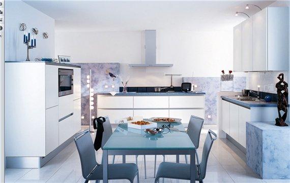 Интерьер кухни, фото которой перед вами, сочетает в себе классический стиль и высокотехнологичное наполнение.