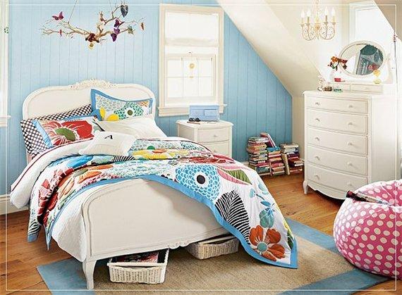 интерьер спальни в бело-голубом цвете