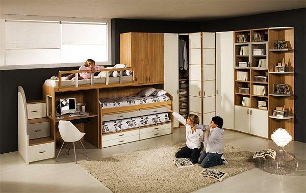 Интерьер комнаты для мальчишек с двухъярусной кроватью и угловой мебелью