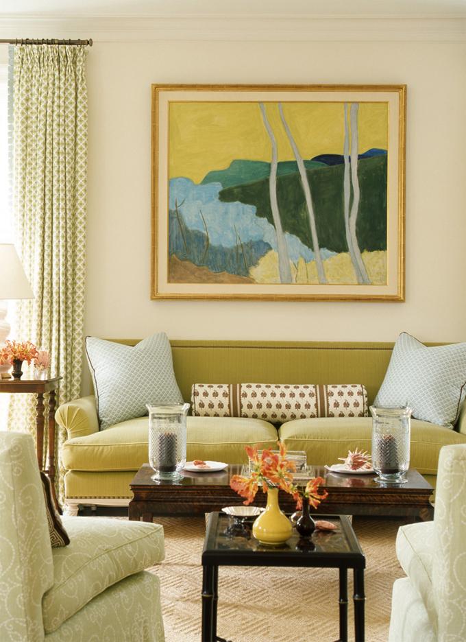 интерьер красивой гостиной в пастельных тонах