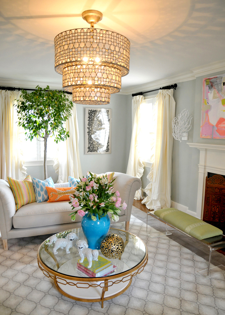 красивые интерьеры - гостиная с роскошной люстрой и деревом у окна