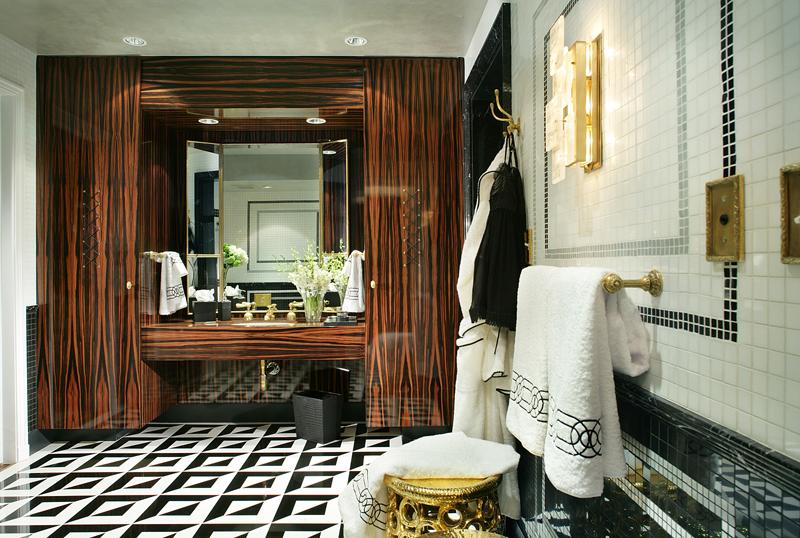 богато декорированная красивая ванная комната