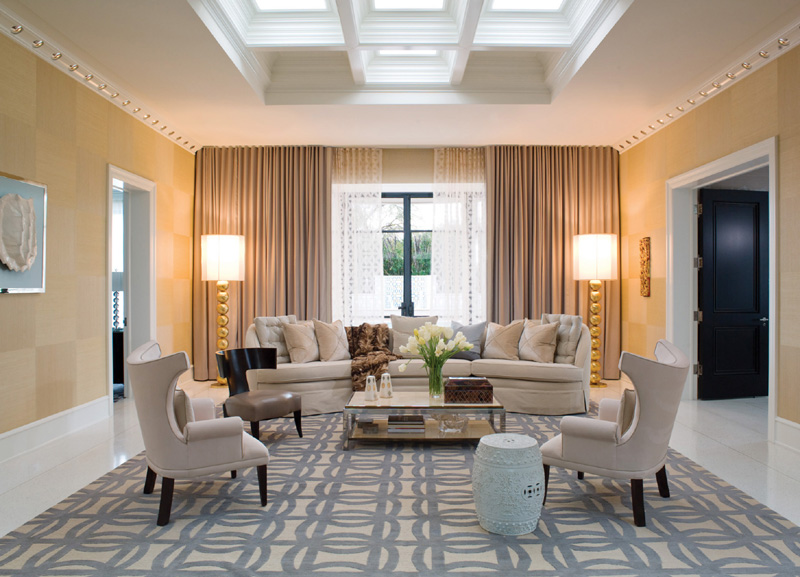 красивый интерьер гостиной с необычным потолком