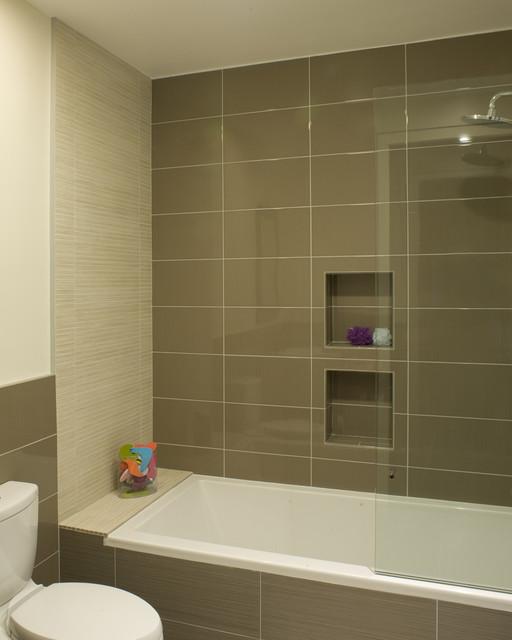 идея для ванной  - оформление стен ванной крупной плиткой