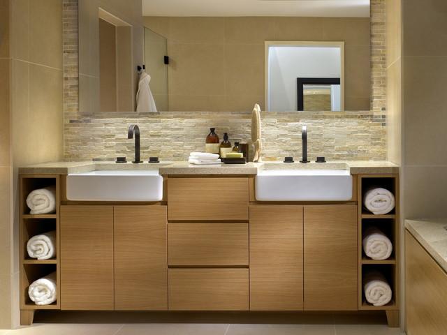 идея для ванной - отделка интерьера каменной плиткой с разной фактурой