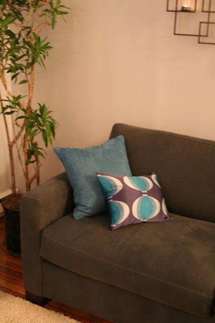 Дизайн гостиной с фальш-камином фото 3