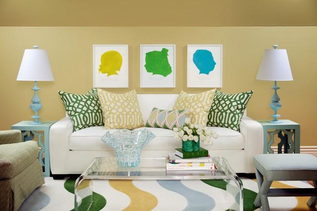 дизайн гостиной с подушками, принтами и яркими ковриками