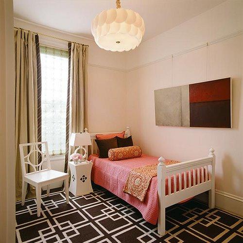 Спальня с коричневым ковром