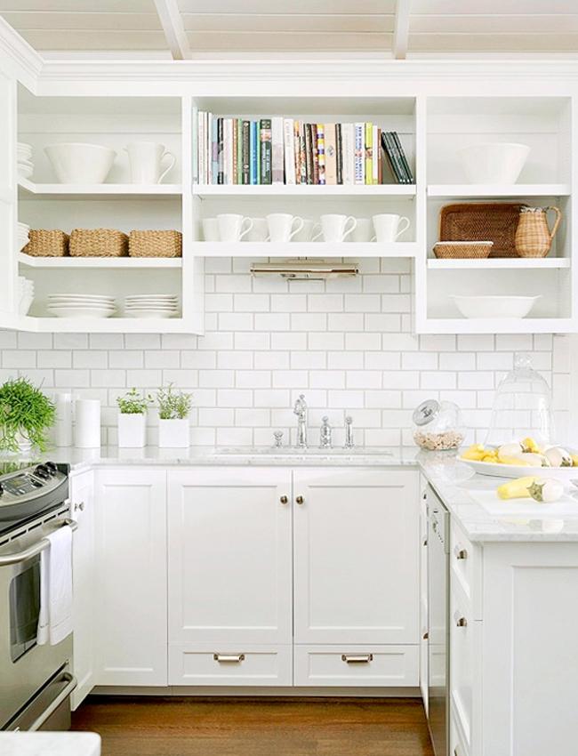 маленькая кухня с белым фартуком из плитки