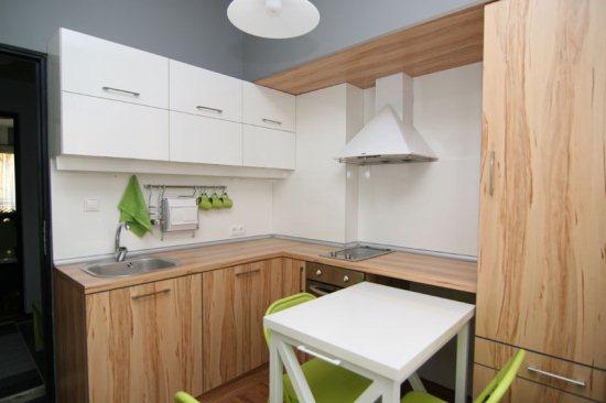 фото современной маленькой кухни с фасадом их дерева