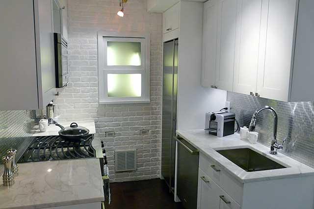 маленькая кухня с большим холодильником