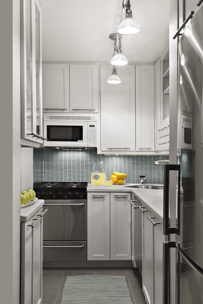 небольшая серо-белая кухня