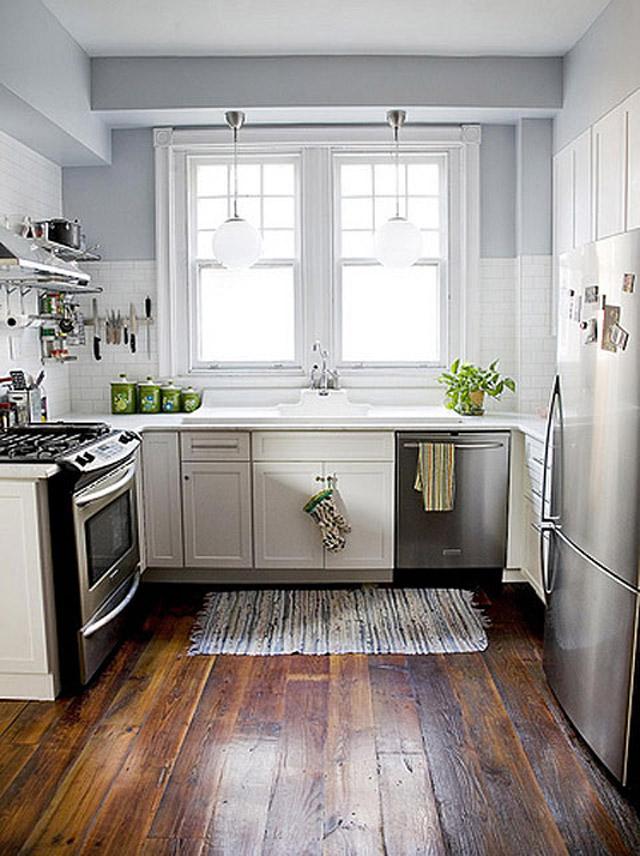 деревянный пол в кухне маленького размера