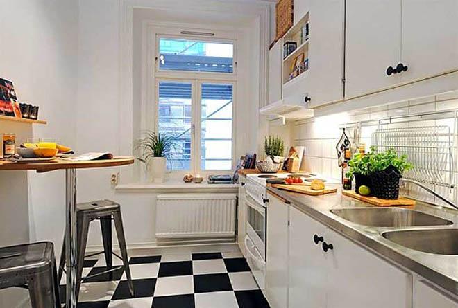 маленькая белая кухня с черно-белым полом