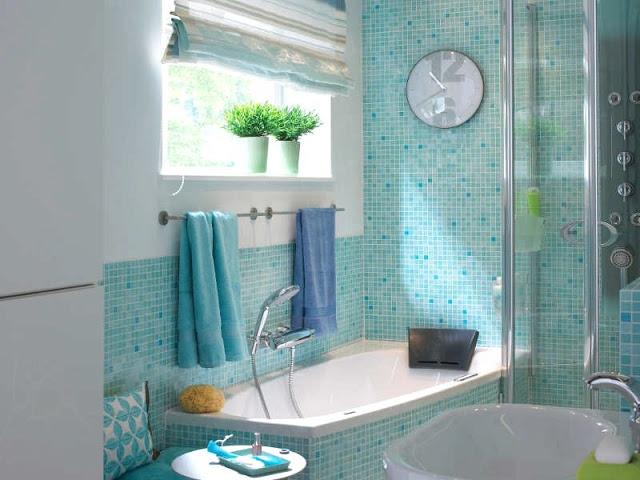 малогабаритная ванная с бирюзовой плиткой