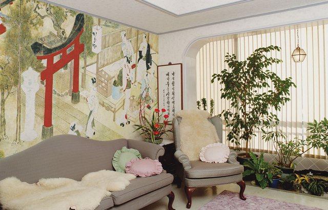Современная гостиная с фреской на стене