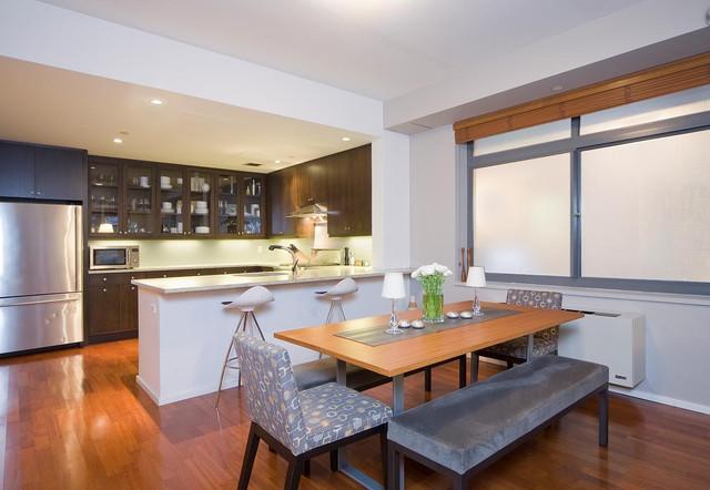 Интерьер кухни столовой с ламинированным полом