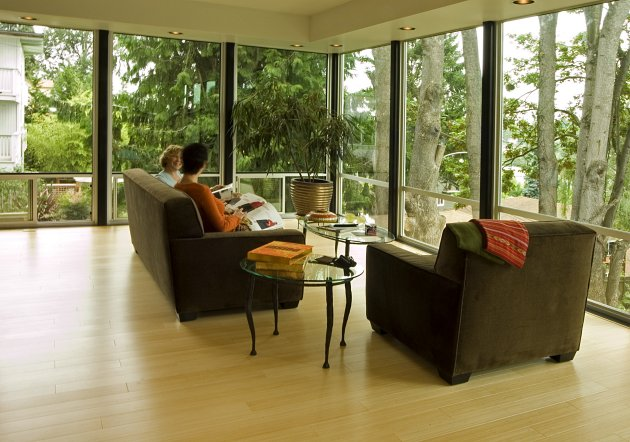 Эко интерьер гостиной с большими окнами