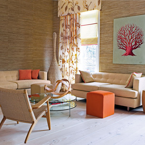 Дизайн в экостиле гостиной с высокими потолками