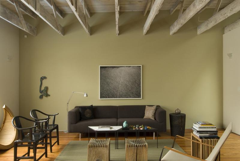 гостиная с деревянными потолками и балками