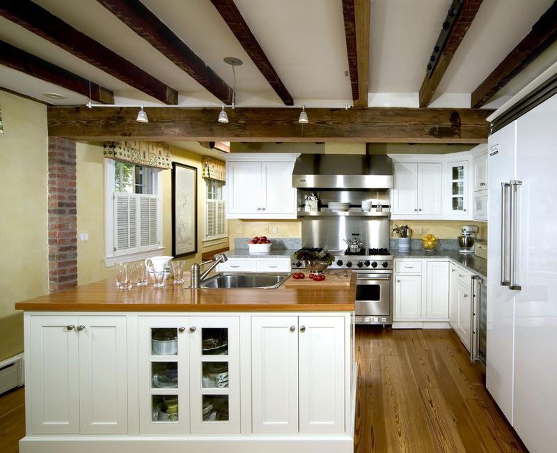 дизайн кухни с деревянными балками на потолке