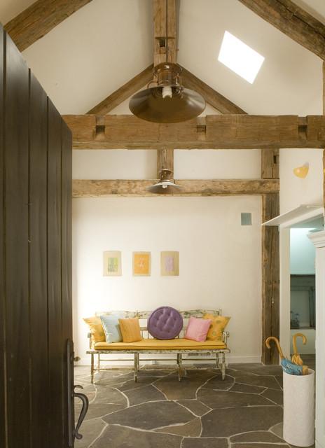 деревянные балки на потолке прихожей