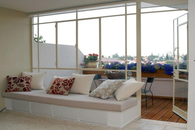 дизайн балкона с подвесными горшками