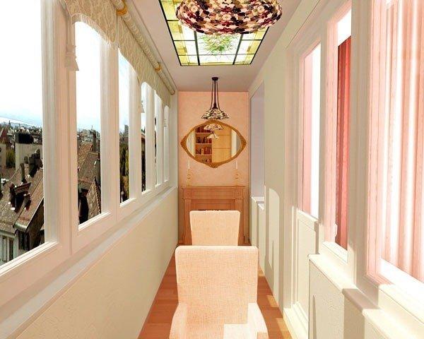 дизайн балкона с интересным потолком и зеркалом