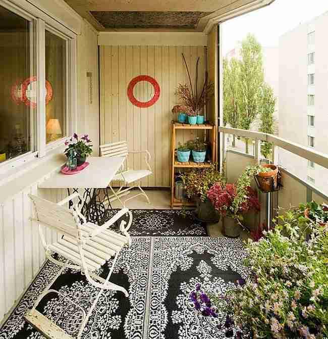 интерьер балкона с откидным столиком