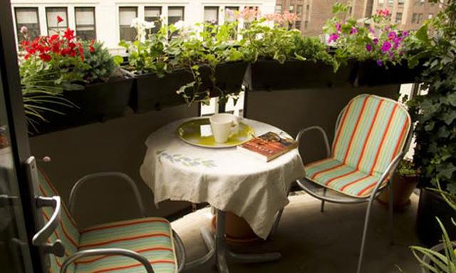 открытый балкон с цветами на перилах