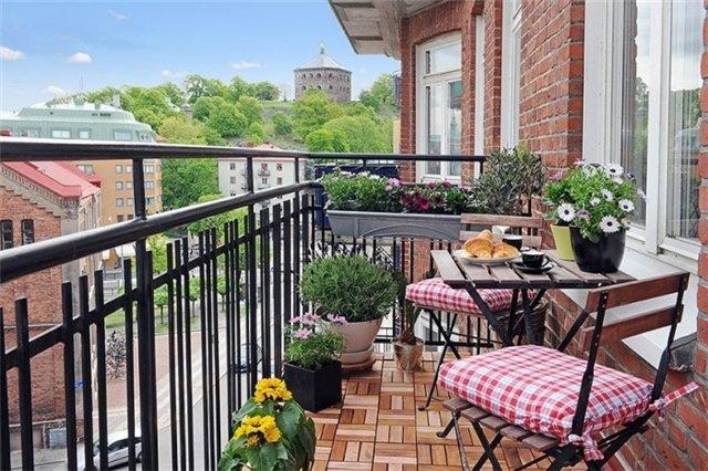 стулья с подушками и легкий стол в интерьере балкона