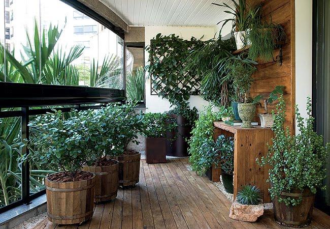 дизайн открытого балкона с деревянным полом