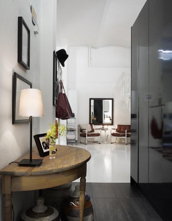 Черный шкаф в узкой прихожей