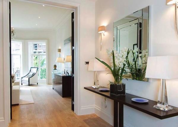 Элегантная прихожая комната с зеркалом
