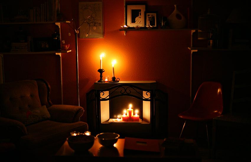фото дизайна гостиной с декоративным камином