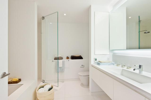 белая ванная в теплых тонах