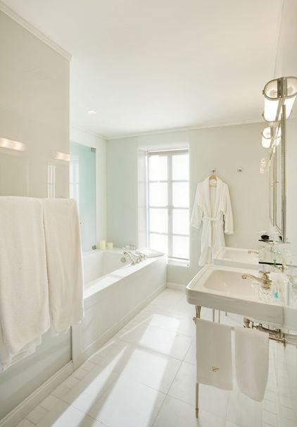 золотая фурнитура в белой ванной