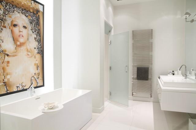 картина в белой ванной