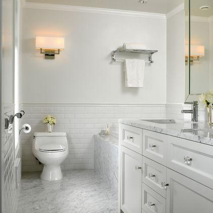 мрамор в белой ванной комнате
