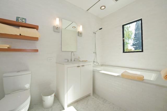 контраст белого и дерева в интерьере ванной