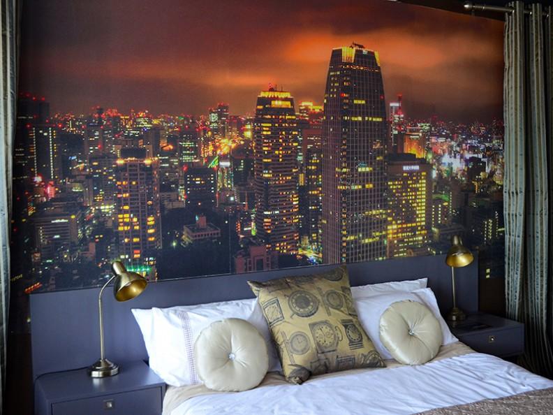 интерьер спальни с фотообоями город
