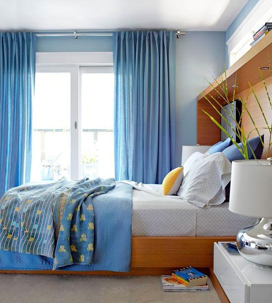 синие шторы с спальне