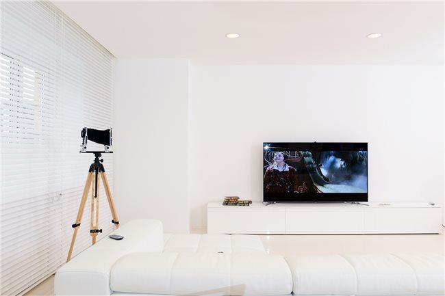 телевизор в белой квартире
