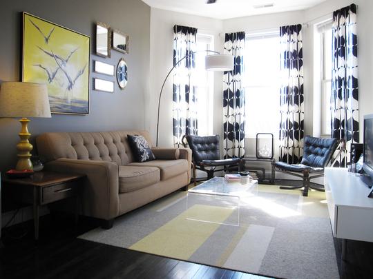 гостиная комната с большим эркером