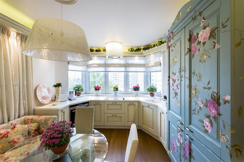 кухня с эркером с цветочным узором