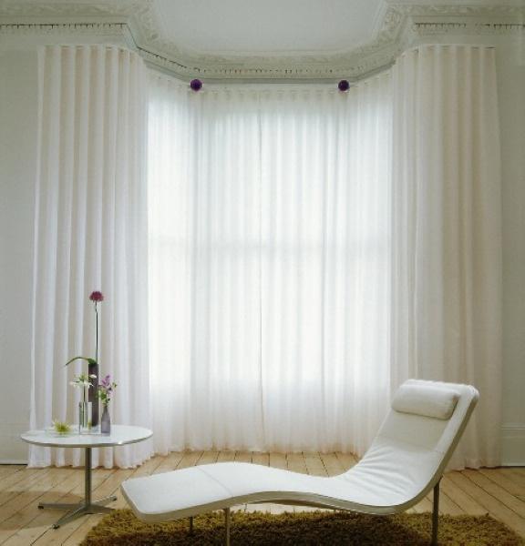 светлая комната с эркером