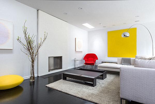 Красный и желтый акценты в современной гостиной